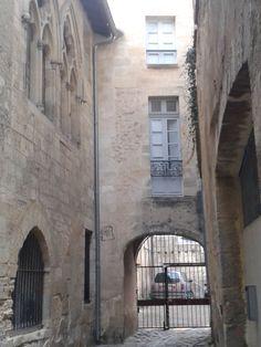 Façade de la plus vieille maison de Bordeaux, datant du XIIIème siècle, Impasse rue Neuve. Aquitaine. Architecture, Roman, Tours, Artwork, Old Stone, Old Homes, Arquitetura, Work Of Art, Auguste Rodin Artwork