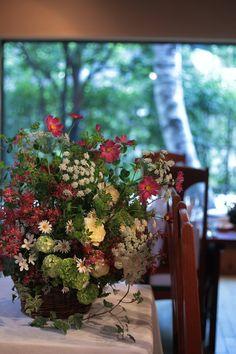 「実は、私は小さい頃お花屋さんになりたかったのです。」    結婚式まであと1週間というころ、最後の細かな調整の段階。 花嫁様からのメ...