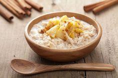 kohlenhydratarmer Porridge mit Apfel und Zimt auf Holztisch