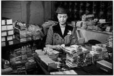 Henri Cartier-Bresson-ESTADOS UNIDOS.  Nevada.  Reno.  1947. Club de Harold.  Un distribuidor comprueba los mazos de cartas antes de que se ponen en juego.
