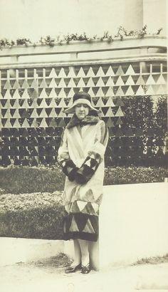 Paulette Pax portant un manteau Sonia Delaunay, 1925