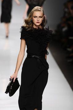 Mariella Burani at Milan Fashion Week Spring 2010 Runway Photos - Black Dresses - Ideas of Black Dresses Runway Fashion, High Fashion, Fashion Show, Milan Fashion, Fashion Spring, Couture Fashion, Trendy Fashion, Vogue Fashion, Fashion Black