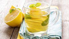 Ett glas varmt citronvatten varje morgon är rena hälsokuren. Här är 7 fantastiska effekter med pressad citron!