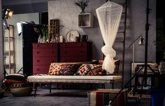 O divã SINNERLIG pode ser transformado com alguns toques vintage e almofadas em estilo kilim, para lhe dar um ambiente beduíno.
