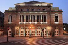 El Teatro Campoamor nació en Oviedo como respuesta a un marco para representar operas y funciones teatrales debido a la incipiente burguesía económica que empezaba a aflorar en la capital. Hasta aquel entonces las funciones se representaban en el Teatro del Fontán, al lado de la plaza del mismo nombre y que hoy es la Biblioteca Pública Ramón Pérez de Ayala.