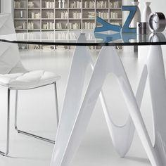 Mesa moderna y de diseño con pies de fibra de vidrio lacada en blanco y sobre de cristal templado transparente.