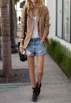 WOW - Art Basel Miami Street Style - Blazer, Shorts und flache Boots *** A rich camel blazer perfectly juxtaposes distressed denim shorts. Look Short Jeans, Look Con Short, Short Shorts, Fashion Mode, Look Fashion, Womens Fashion, Fashion Trends, Street Fashion, Milan Fashion