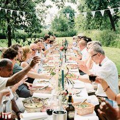Bij deze bohemian bruiloft met diner aan lange tafels in de boomgaard van @slotdoddendael waan je je in Italië, maar het is toch echt in Nederland!  @hankearkenbout