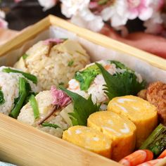 For cherry-blossom viewing lunch ♪ Two kinds of spring rice balls - Rezepte - Bento Ideas Easy Soup Recipes, Healthy Chicken Recipes, Asian Recipes, Cooking Recipes, Omelette Roulée, Sushi Burger, Quick And Easy Soup, Caprese Chicken, Sweet Potato Soup