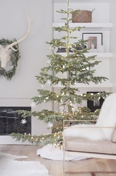 simple christmas tree 25 of the Most Inspiring Rustic Christmas Trees - Decor Scandinavian, Scandinavian Christmas, Modern Christmas, Rustic Christmas, Beautiful Christmas, Minimalist Christmas Tree, Vintage Christmas, Christmas Mantles, Christmas Porch
