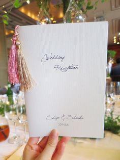 ピンクとゴールドの房飾りがポイント♡ クラシカルな白の席次表一覧。結婚式の席次表まとめ。
