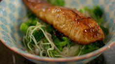 Er zijn maar weinig liefhebbers van vis die een stukje gebakken zalm zullen afslaan. Zalm is heel veelzijdig, zodat een mens al eens creatief kan zijn. Je begint bij een zout-zoete teriyakisaus waarin de zalm gebakken wordt. En om in de Oosterse sfeer te blijven, serveer je er een lauwe noedelsalade bij met roosjes verse broccoli en frisse verse kruiden. I Love Food, Good Food, Fun Food, Fish Dishes, Seaweed Salad, Seafood, Pork, Favorite Recipes, Chicken