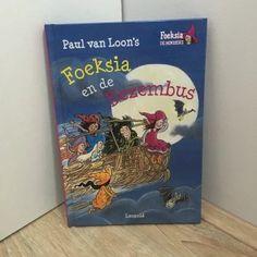 Het thema van de vijfde dag van de #kinderboekenchallenge is: 'onderweg'. Ik kies daarom vandaag voor het boek Foeksia en de bezembus, waarin Foeksia met haar klas vol miniheksjes op schoolreis gaat. Mét de bezembus natuurlijk!  Mijn #kinderboekenchallenge – De Kinderboekenkoffer Cover, Books, Livros, Livres, Book, Blankets, Libri, Libros