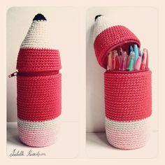 Isabelle Kessedjian: The serial crocheteuses: a kit for my Bic crochet pencil case Crochet Pencil Case, Crochet Case, Crochet Gifts, Cute Crochet, Crochet Toys, Crochet Purses, Diy Tricot Crochet, Crochet Accessories, Plastic Bottles