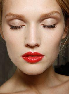 Boca colorida e olho natural