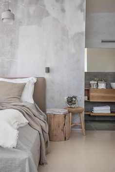 Family Home Interior Betonlook verf over behang.Family Home Interior Betonlook verf over behang Modern Bedroom Decor, Home Bedroom, Bedrooms, Scandinavian Style Bedroom, Bedroom Rustic, Rustic Walls, Bedroom Wall, Rustic Wood, Warm Home Decor
