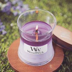 Le petit cadeau parfait! La bougie parfumée WoodWick... #Repost @woodwick_korea