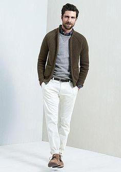 カーキ色ジップカーディガン×白パンツの着こなし(メンズ) | Italy Web