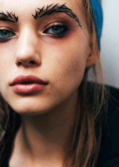 PFW: Yohji Yamamoto...ummmmm WTF is wrong with her eyebrows??? Lol thought the goal of being a model is to be gorgeous... Not a homeless druggie with the crown of thorns for eye brows