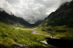 """Skócia a legendák földje, a tapintható történelmet és a világ egyik legérintetlenebb tájait ötvözi. Ismerd meg a helyet, mely a világhírű film a """"Rettenthetetlen"""" kulisszáiként is szolgált. Skócia mindenki számára tartogat valamit, bár kis ország, ám annál nagyobb hatással van látogatóira. Íme egy kis listaSkócia kihagyhatatlan látnivalóiról. Szállások Skóciában! Mousa lakótorony A Shetland-szigetek lakatlan Mousa …"""