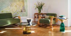 Il coffee table rotondo in vetro e ottone 'Bell', disegnato da Sebastian Herkner per ClassiCon. Disponibile in diverse altezze e varianti colore.