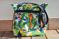 Sac cabas, tendance jungle aux couleurs lumineuses, idéal pour une journée estivale décontractée.
