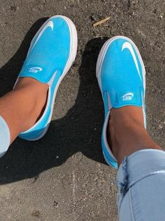 Slip on sneakers outfit – Lady Dress Designs Slip On Sneakers, Shoes Sneakers, Shoes Heels, Nike Slip On Shoes, Blue Sneakers, Mode Cool, Tenis Vans, Mode Shoes, Outfit Trends