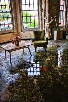 Abandoned, Epson mental asylum...einmal feucht durchwischen, bitte...ich nehms! Sessel/Tisch darf drinbleiben :)