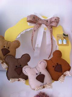 http://www.elo7.com.br/guirlanda-de-urso/dp/1223F5  Guirlanda de porta, com ursos de tecido R$60,00