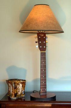 Upcyclingtrends: Lampe mit Schirm und Fuß aus Gitarrenhals