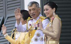 Таиланд устал молчать: студенты протестуют и хотят добиться свободы слова относительно короля и монархии King Rama 10, Thai Traditional Dress, Asia News, Thai Dress, Buddhist Art, King Of Kings, King Queen, Rey, Costumes