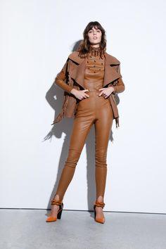 Défilé Kristina Fidelskaya Printemps-été 2021 Prêt-à-porter - Madame Figaro Madame, White Jeans, Leather Pants, Capri Pants, Figaro, Fashion, Walkway, Spring Summer, Leather Jogger Pants