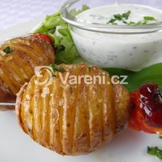 Pečené brambory s česnekovým dresinkem recept - Vareni.cz Baked Potato, Potatoes, Baking, Ethnic Recipes, Food, Bread Making, Meal, Patisserie, Potato