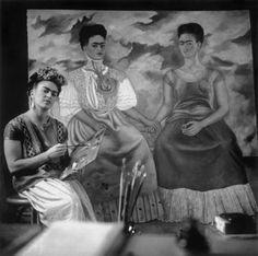 """Frida Kahlo pintando """"The Two Fridas"""", fotografía de Nickolas Muray, 1939"""