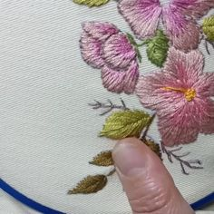 Brazilian Embroidery Stitches, Hand Embroidery Videos, Embroidery Stitches Tutorial, Hand Work Embroidery, Simple Embroidery, Embroidery Flowers Pattern, Embroidery Leaf, Embroidery Techniques, Garden Embroidery