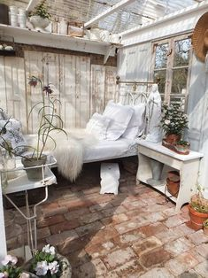 turning a garden shed into living space - Gartenhaus - Garden Floor Shabby Chic Homes, Shabby Chic Decor, Outdoor Rooms, Outdoor Living, Outdoor Retreat, Jardin Style Shabby Chic, Casas Shabby Chic, Sleeping Porch, Backyard Sheds