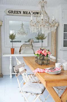 Rusic and shabby chic touches in dining room Shabby Home, Shabby Cottage, Cottage Chic, Cottage Style, Rustic Cottage, White Cottage, Home Interior Design, Interior Styling, Interior Ideas