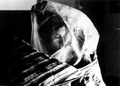 """O artista plástico Hélio Oiticica (1937-1980) veste o Parangolé P19 capa 15 - 1968, """"Gileasa"""", em homenagem a Gilberto Gil Art Manifesto, 1980, Main Theme, Masks, Sculptures, Kimono, Mood, Decoration, Fictional Characters"""