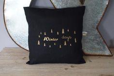 Housse de coussin en lin noir et doré esprit Scandinave : Textiles et tapis par deux-coeurs-et-de-lin