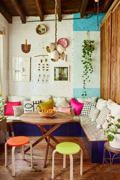 Bold, boho kitchen nook decorating ideas Kitchen People Of Founders Brooklyn Home Tour Bohemian House, Bohemian Kitchen, Bohemian Cafe, Modern Bohemian, Boho Houses, Bohemian Interior, Bohemian Decor, Coin Banquette, Banquette D Angle