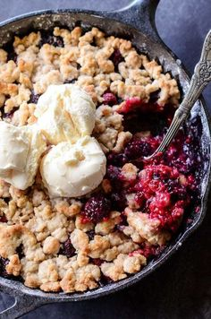 Skillet Berry Cobbler - perfect classic berry cobbler in a cast iron skillet! *Just swop vegan butter or coco oil and you're golden. Triple Berry Cobbler, Mixed Berry Cobbler, Berry Crumble, Fruit Cobbler, Cobbler Recipe, Blueberry Cobbler, Berry Pie, Iron Skillet Recipes, Cast Iron Recipes