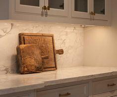 Vintage Cutting Boards. Kitchen vintage cutting boards as decor. Kitchen vintage cutting boards displayed on countertop #Kitchen #vintagecuttingboards Elizabeth Garrett Interiors