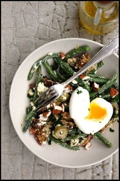 Salade de haricots verts, chèvres frais, et oeufs mollets Salad of green beans, fresh goats, and soft-boiled eggs Easy Salads, Healthy Salad Recipes, Vegan Recipes, Cooking Recipes, Healthy Menu, Healthy Cooking, Fresco, Fast Food, Greens Recipe
