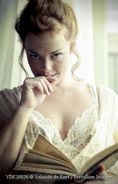 Yolande de Kort / Trevillion Images  - Ligeiramente Escandalosos. Portuguese cover for Slightly Scandalous (Bedwyn Saga, #3) by Mary Balogh