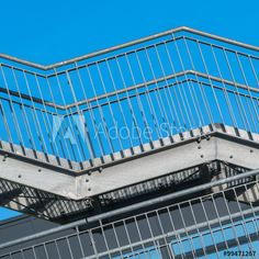 Stahlbau, feuerverzinkte Fluchttreppe vor blauem Himmel, Sicherheit, Architektur, außen, Gebäudegestaltung - External steel fire escape of industrial building; Functional steel structure; Metalwork