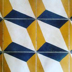 Ladrilho! #acabamentos #piso #ladrilhohidraulico #reforma #vintage #geometrico #amarelo