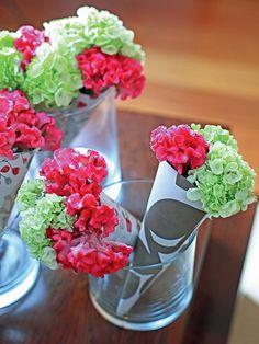Durante o almoço, eles decoram; no fim, viram mimos: cones com hortênsias e cristas-de-galo