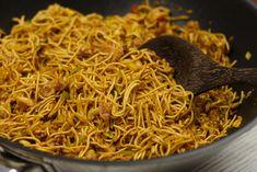Bami goreng recept Thai Recipes, Rice Recipes, Asian Recipes, Healthy Recipes, Macaroni Spaghetti, Indonesian Cuisine, Indonesian Recipes, Tasty, Indian