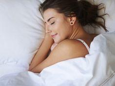 Mit diesen 6 Yoga-Übungen für guten Schlaf lösen Sie nach einem stressigen Tag Blockaden, entspannen sich und können endlich mal wieder gut einschlafen.