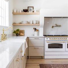 Home Decor Kitchen, Diy Kitchen, Eclectic Kitchen, Kitchen Ideas Square Room, Bar In Kitchen, White Appliances In Kitchen, Shelves In Kitchen, Two Toned Kitchen, Square Kitchen Layout